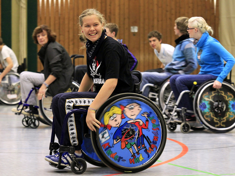 Die Teilnehmerinnen haben sichtlich Spaß beim Schulprojekt ›Rollstuhlsport macht Schule‹. | Herbert Draheim/Quelle: Wermelskirchener General-Anzeiger