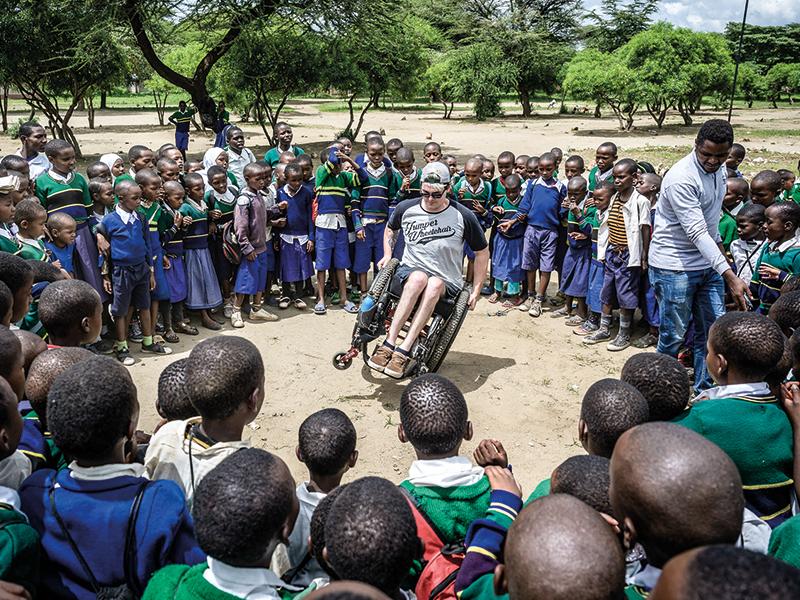Neugierige Gesichter: David Lebuser zeigt an einer Schule Tricks mit dem Rollstuhl.